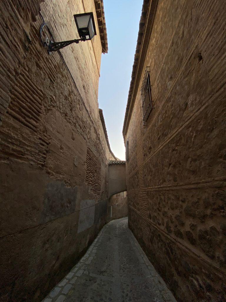 Toledo es un laberinto de altos muros y estrechas calles. Mejor que un buen guía te descubra sus secretos.