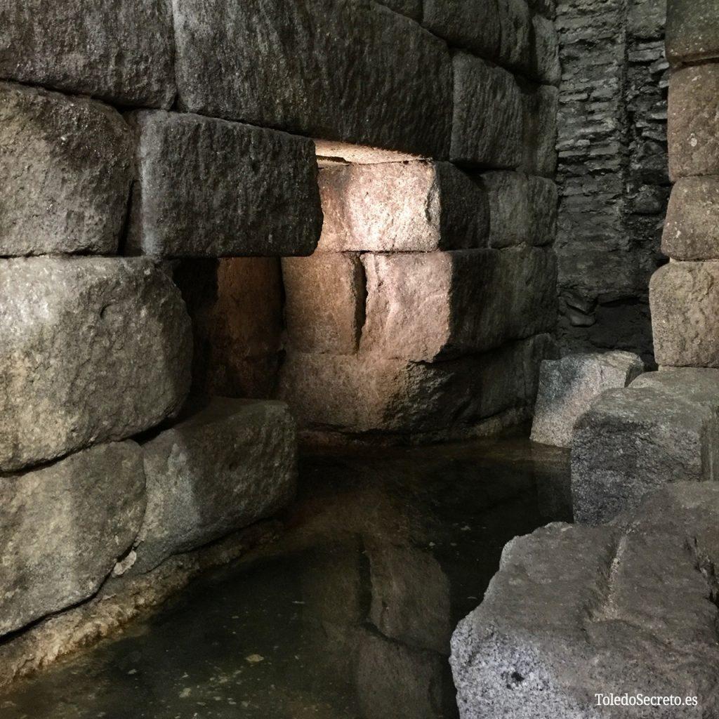Probables restos de la excavación realizada en el siglo XVI en la Cueva de Hércules