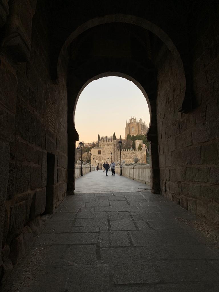 Bajo el torreón exterior del Puente de San Martín de Toledo
