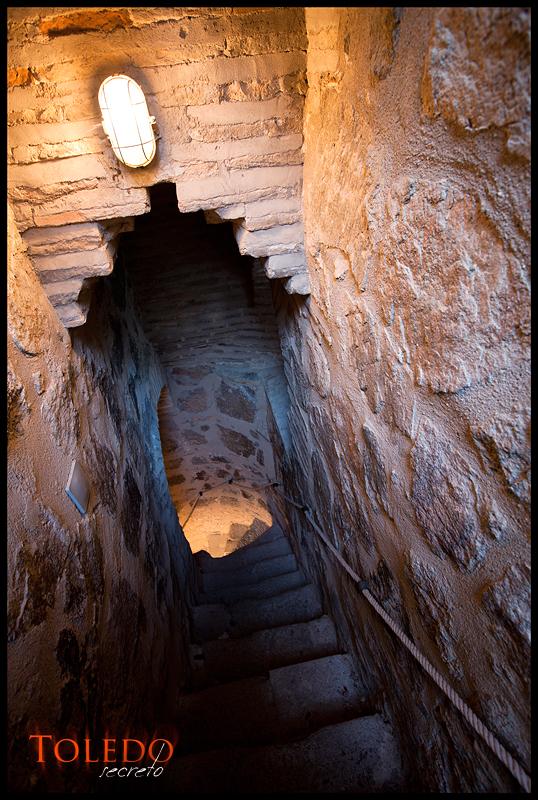 Escalera en el interior del Puente de San Martín, por David Utrilla.