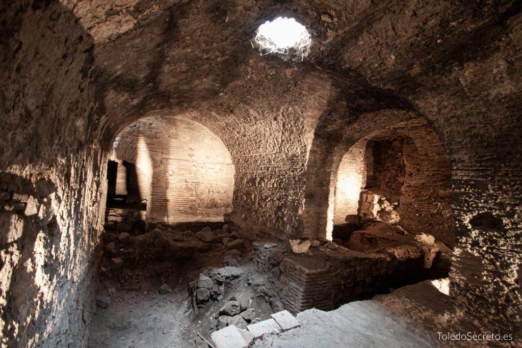 Los sótanos tienen una estructura compleja, con varios niveles superpuestos.