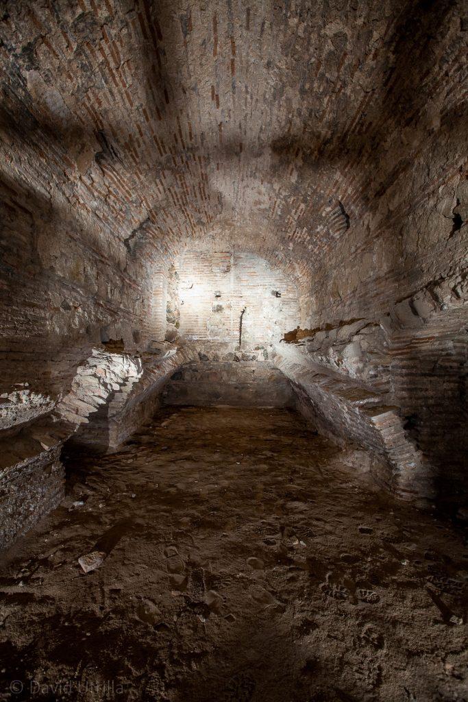 Una bóveda destruida que indicaría algún nivel más profundo en los sótanos.