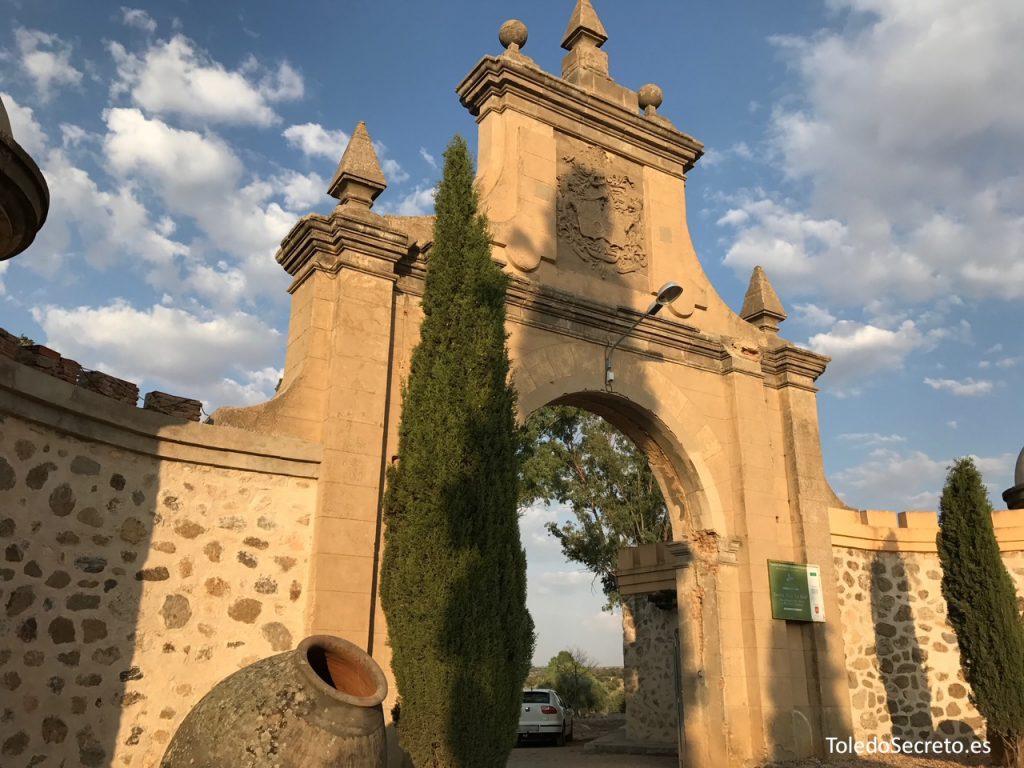 La puerta de acceso al terreno en el que se encuentra el Palacio de la Sisla es el único resto en pie que se conserva íntegro.