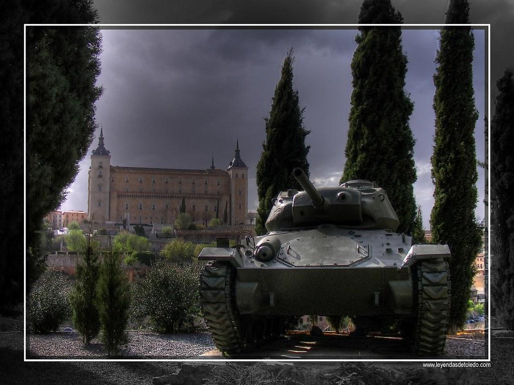 Algunas viejas máquinas de guerra decoran la explanada frente a la Academia de Infantería de Toledo