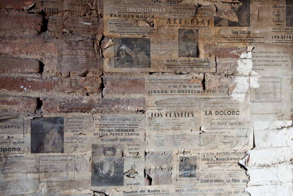 Numerosos carteles de viejos espectáculos permanecen aún hoy en los muros del escenario del Teatro de Rojas de Toledo