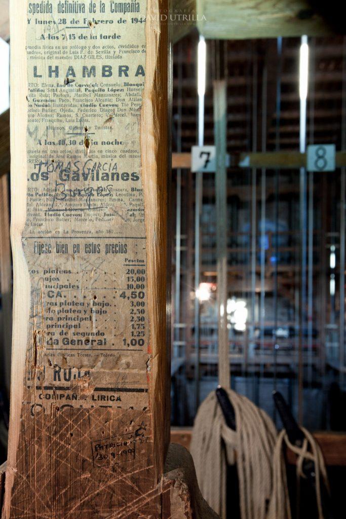 """Cartelería de espectáculos """"tatuados"""" en la madera del telar del Teatro de Rojas."""